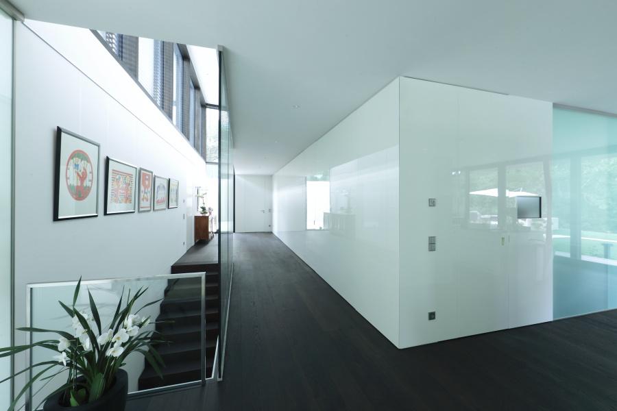 Raumhohe grifflose Möbelwand mit integrierten Zimmertüren