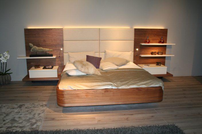 Bett in Nussbaum furniert