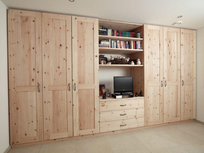 """Zirbelkiefer: Getreu dem Motto """"in jedes Haus gehört ein Zirbelholz"""" ist hier das Gästezimmer mit einem Zirbelschrank umgesetzt worden."""
