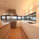 Weißer Küchenblock mit weißer Corianarbeitsplatte durchgehende weiße Grifffugen Küchenblock in massiv Eiche