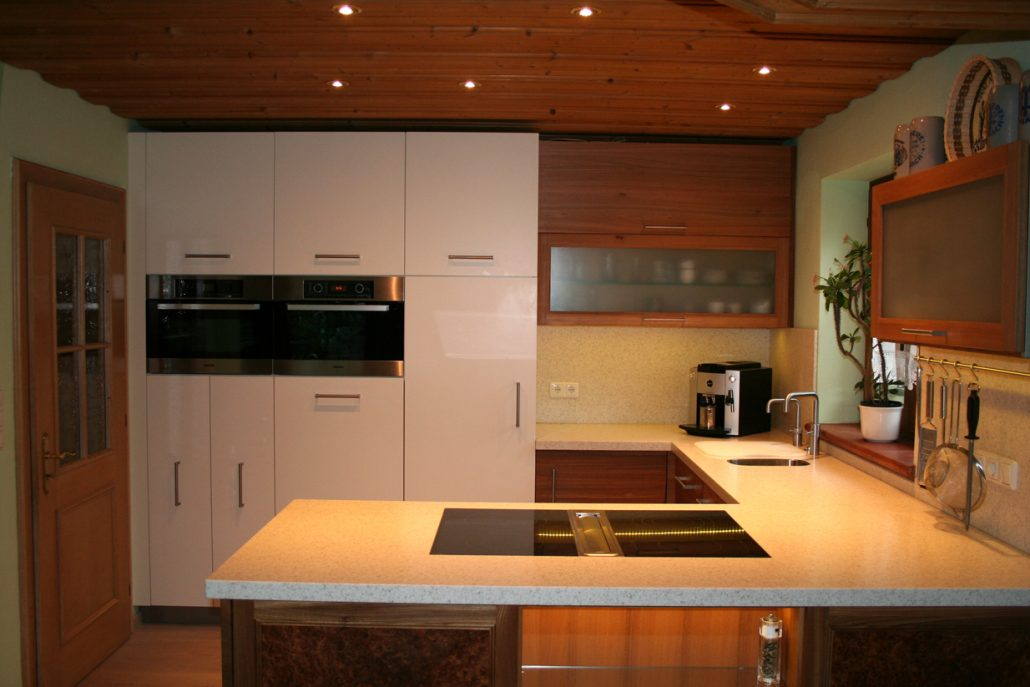 Massivholz Küche in Ulme mit Corian Arbeitsplatte Bora Kochfeldabzug Mielegeräte